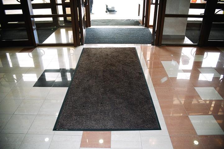 Однотонный ковёр для входной группы